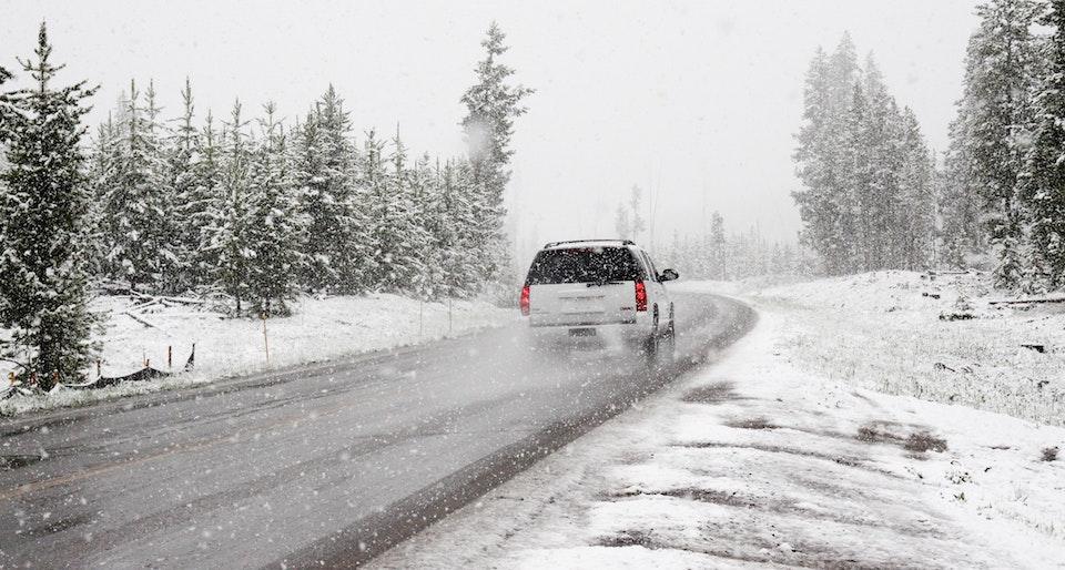 Come guidare con la neve: il vadevecum da tenere a mente