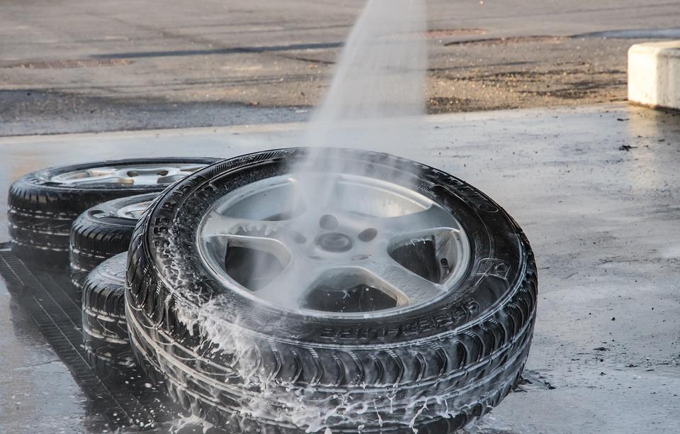 Come pulire le gomme dell'auto: procedimento passo passo